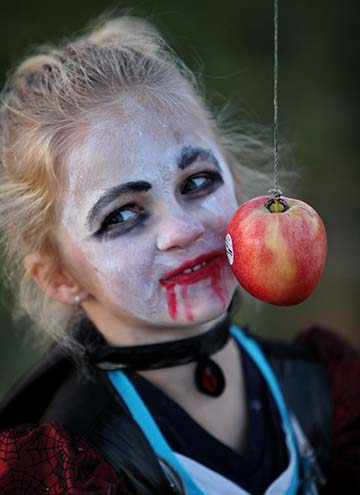 girl scary makeup eating apple